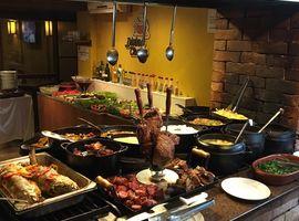 Buffet de comida caseira no fogão a lenha Divina Chapa